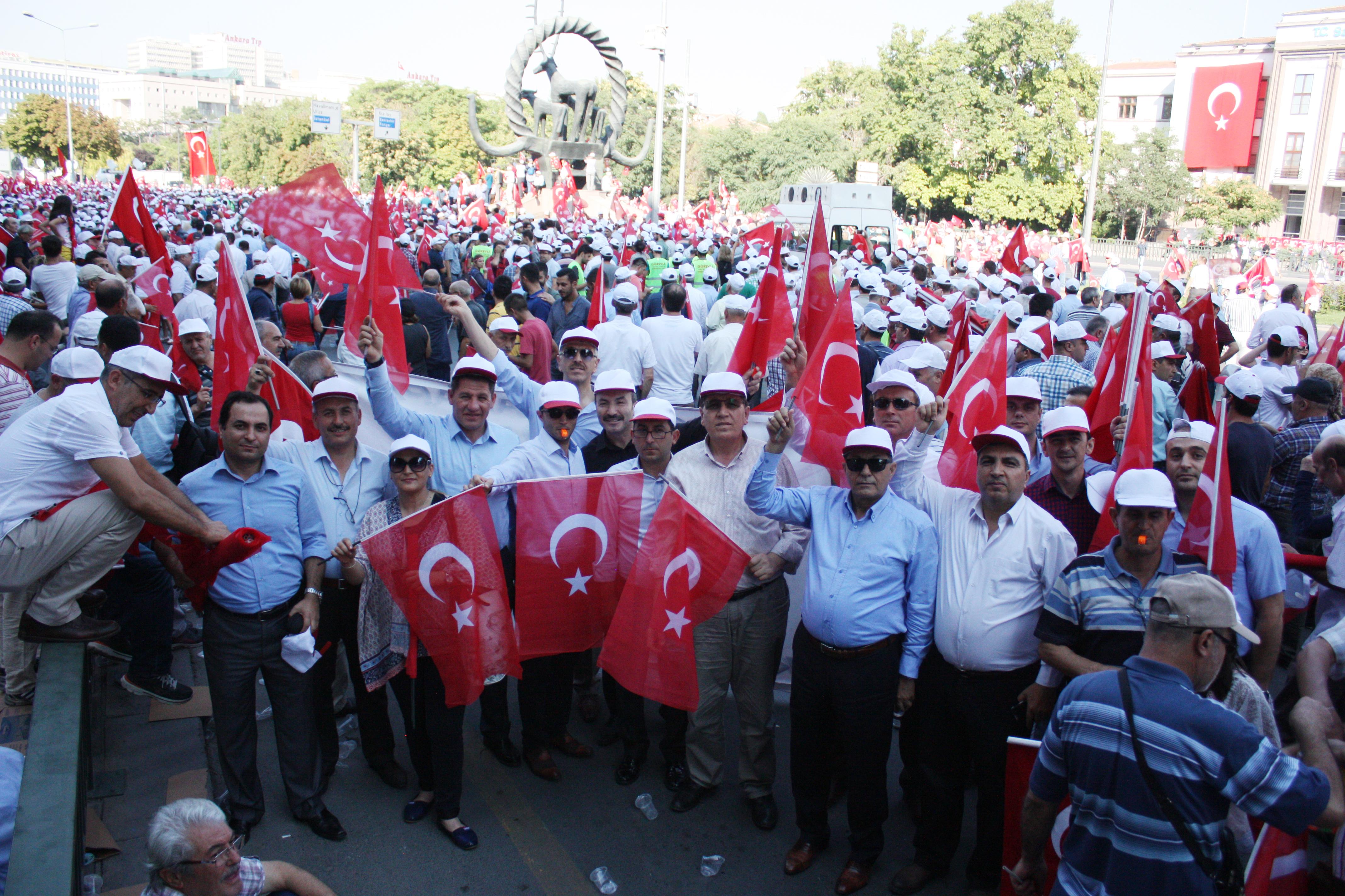 """YÜZBİNLER """"TERÖRE HAYIR KARDEŞLİĞE EVET"""" DEDİ"""